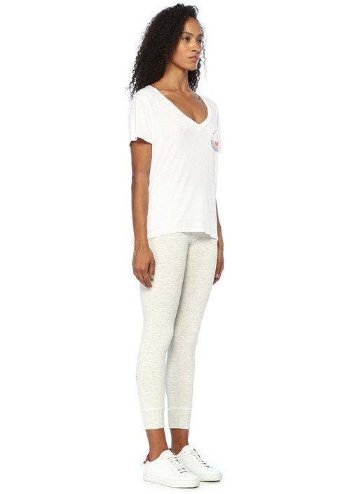 Beyaz V Yaka Baskılı T-shirt