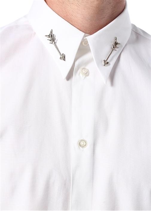 Beyaz İngiliz Yaka Broş Detaylı Gömlek