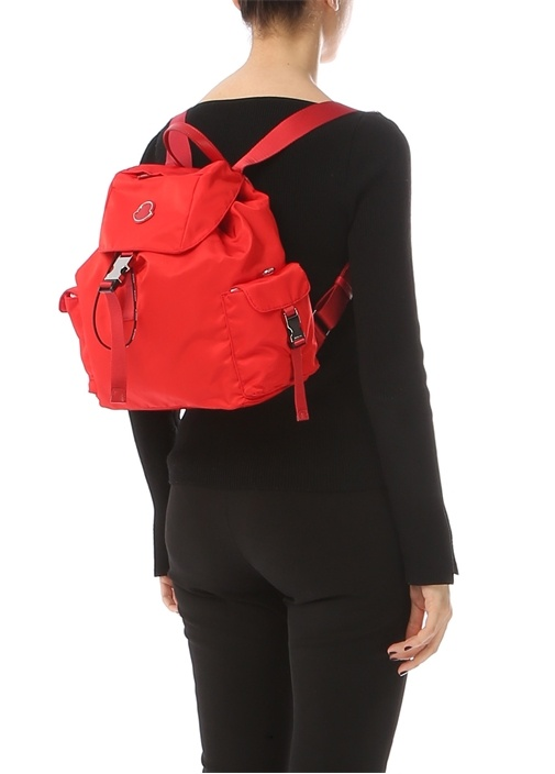 Kırmızı Logolu Ağzı Büzgülü Kadın Sırt Çantası