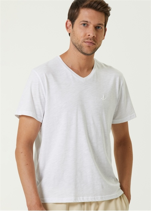 Beyaz V Yaka Kabartmalı Kuş Logolu T-shirt